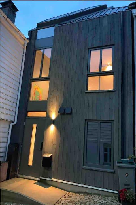 New Balcony Suite behind Bryggen. Free parking.