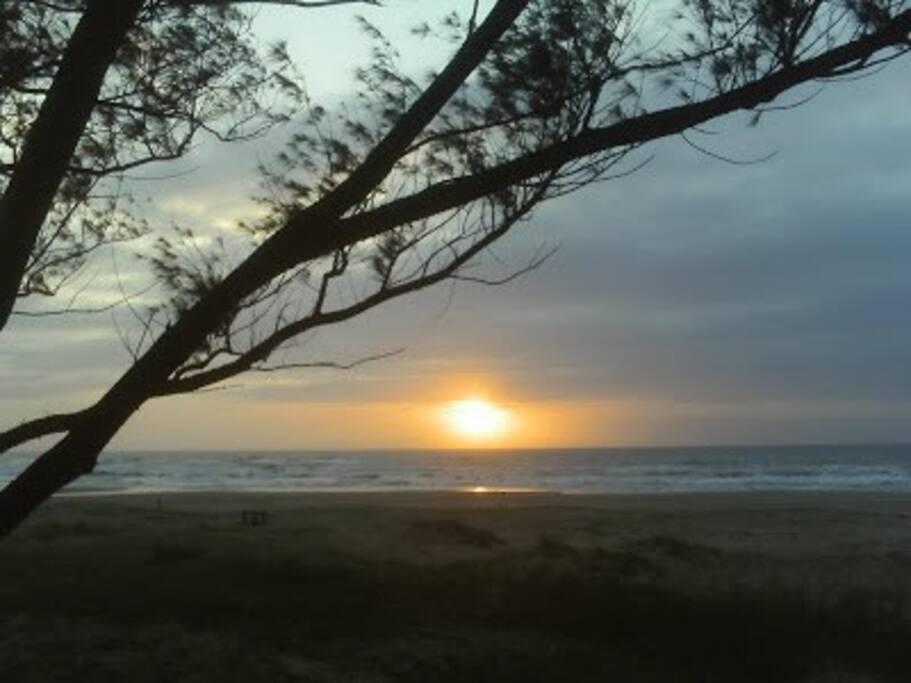 O nascer do sol da praia é de uma beleza inigualável