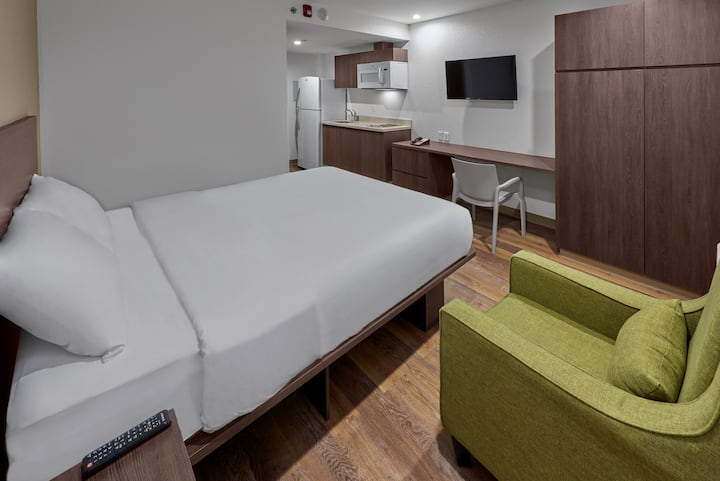 Suite - 1 queen bed 2 pax with swimming pool & gym