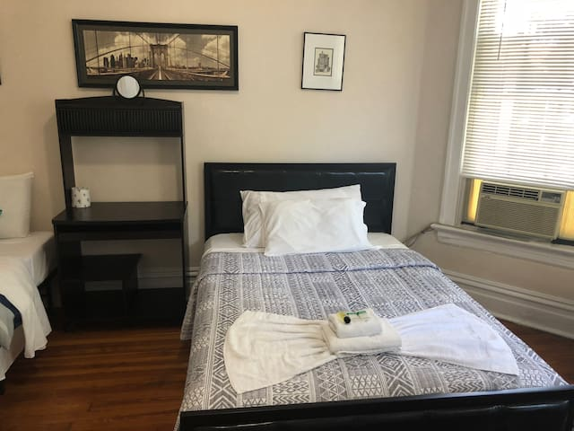 2B Chicago Room with two beds, Roku TV, Wifi 2B