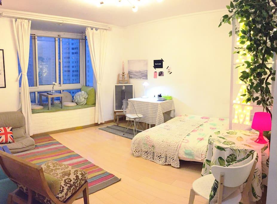 整体是一个舒适的开间,有大飘窗,采光很好。有空调。睡眠和工作区布局合理,布置温馨。
