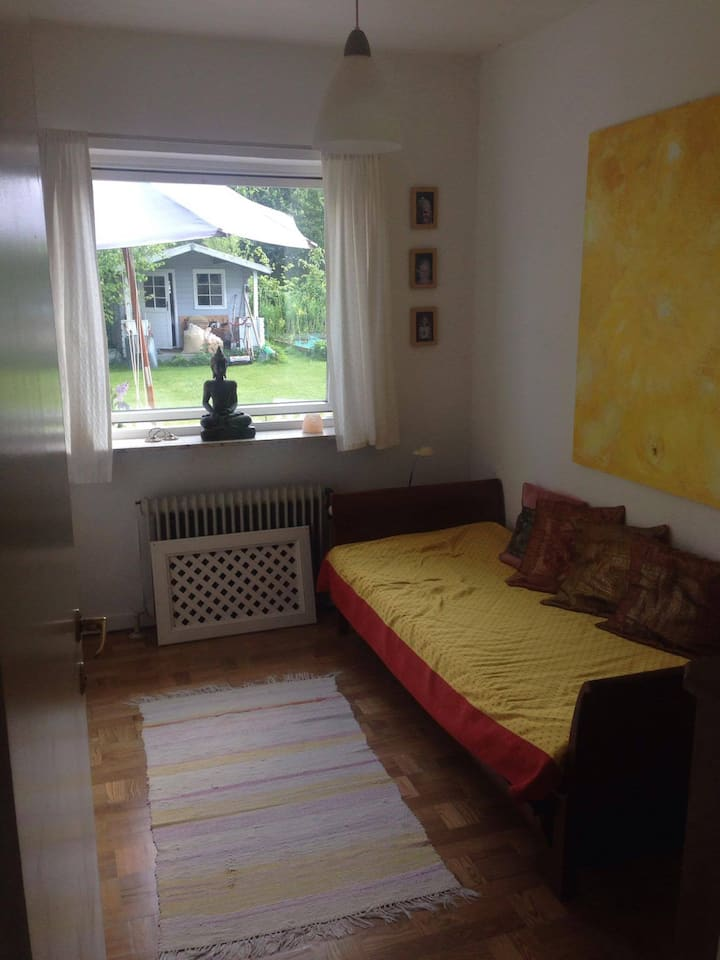 Yellow room, view to garden