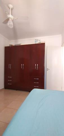 Armário do quarto de solteiro, com ventilador de teto.
