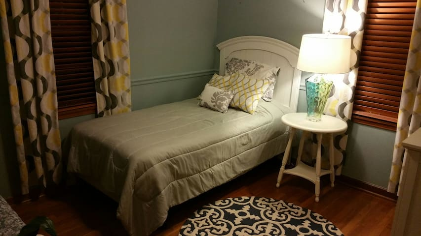 Twin bed - close to everything! - Columbus - Rumah