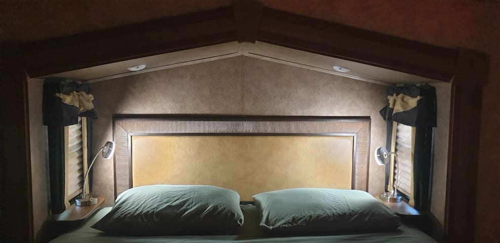 king size bed, reading lamps
