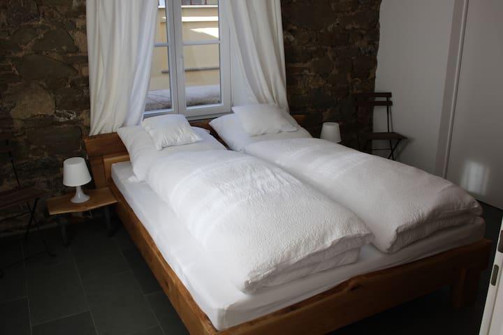 Schlafzimmer mit Bett 160x200 aus massiver Eiche