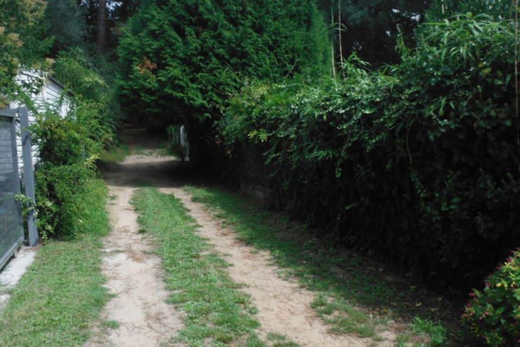 """Petit chemin de terre sablonneuse pour arriver à la maison derrière les camping """"les ombrages"""""""