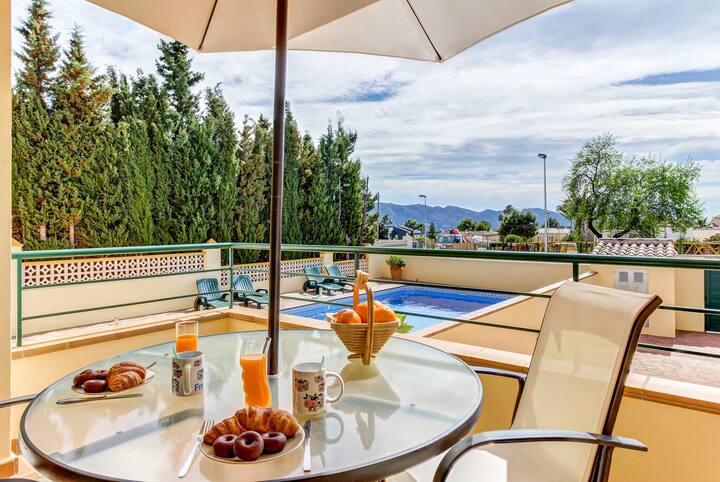 Romantic getaway w/ full kitchen, shared pool & common area + private balcony!