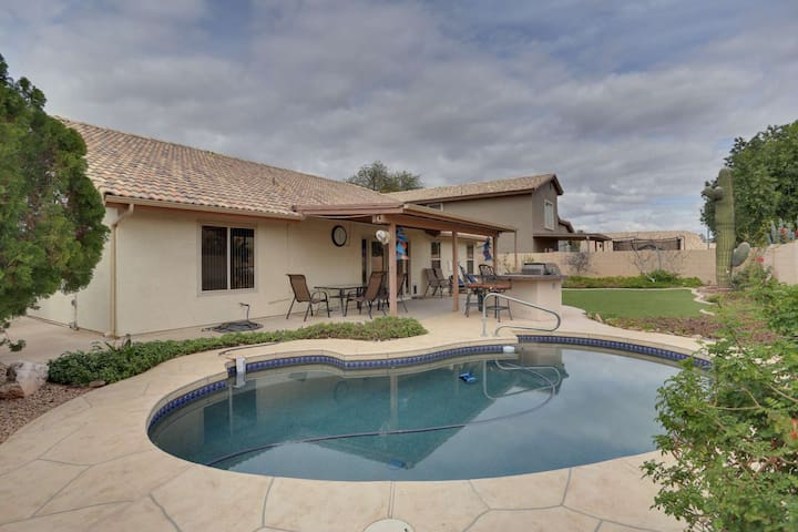 Family Outdoor Fun! Private Heated Pool, BBQ, TV's in all bedrooms, just 1 mile to downtown Chandler