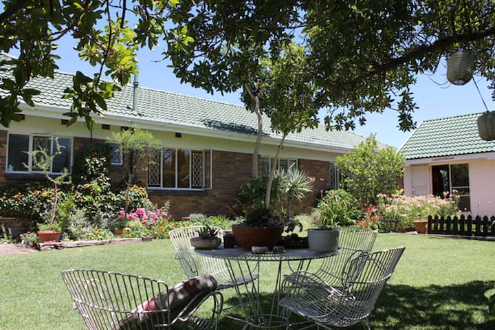 47 Large peaceful poolside home - Edenvale - Haus