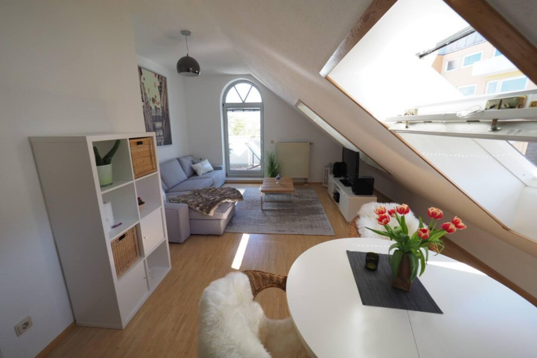 Wohnzimmer mit Blick auf einen kleinen Balkon