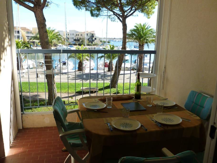 La terrasse surplombe le port
