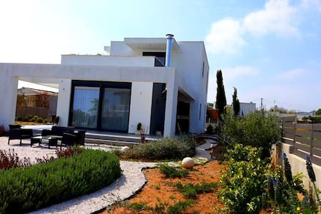 COZY BUNKER,  Near Athens Airport and Sea