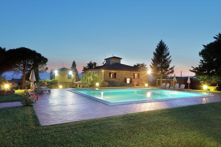 Attractive apartment on estate with vineyards and olive grove, near Florence