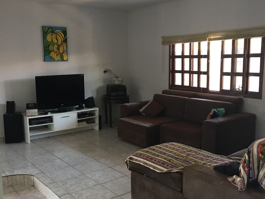 Sala completa com sofás, internet Wi-Fi, TV a cabo, home teather e netflix.