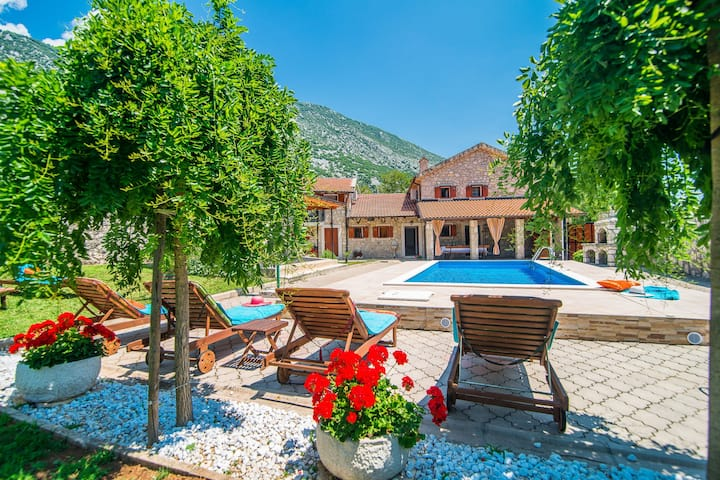 Stone house  with private pool and garden in quiet place