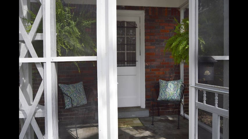 Cozy Midtown Getaway-Walk to Zoo-Relaxing Porch