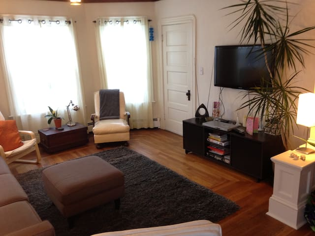 Sunny second floor apartment in two family home. - Pawtucket - Apartamento