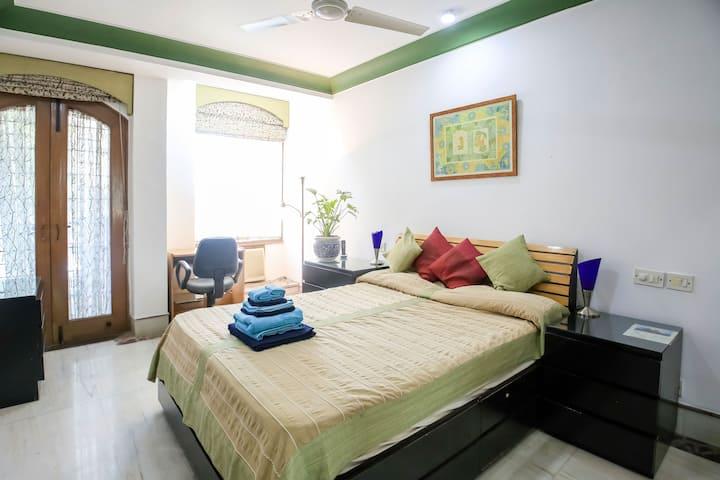 Queen Bed cozy Homestay near Hauz Khas Metro Stn