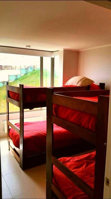 Tercer dormitorio con dos camarotes de 1 plaza es decir 4 camas de 1 plaza .