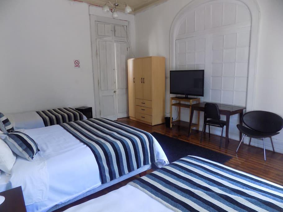Especial para descansar posee una cama americana de dos plazas y dos de plaza y media todas nuevas.