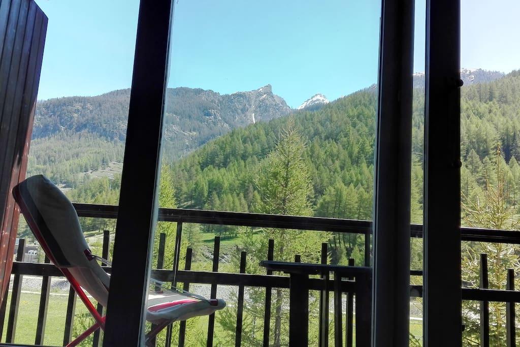 vista dalla vetrata con affaccio sul balcone