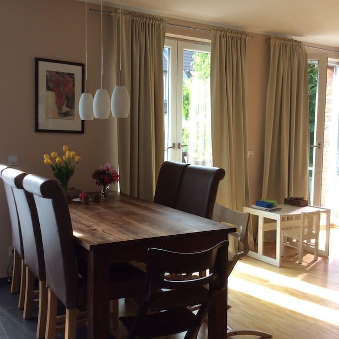 Gemütlicher Esstisch in offener Wohn-Küche