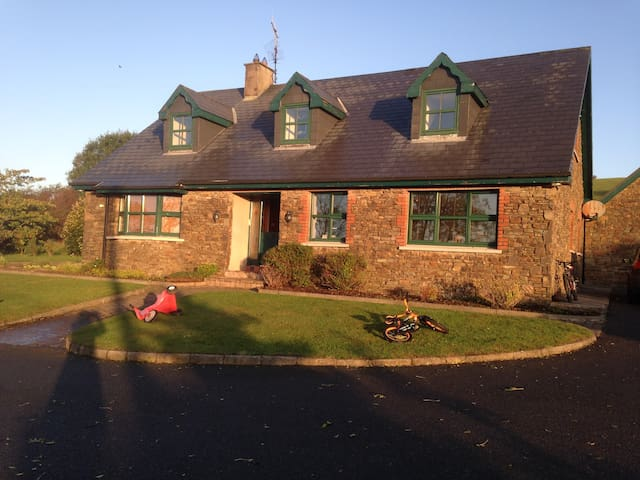 Room with double bed in family home - Cork - Ev