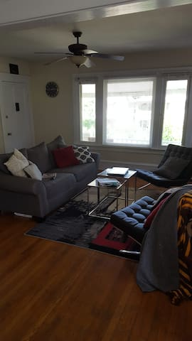 Entire Apartment: Comfortable and Convenient - Cleveland Heights - Flat