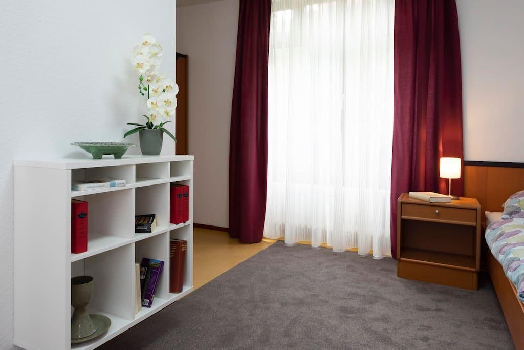 Zimmer mit Kleiderschrank und Bett
