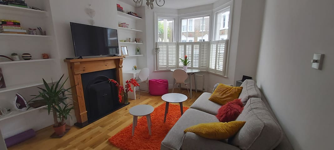 GREENWICH! Stylish Flat with private patio.