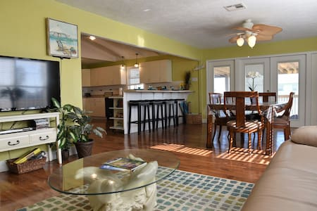 TX beach getaway-Crystal Beach sleeps 14