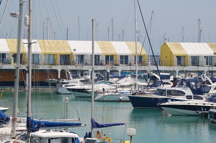 Sailors Escape! Relax in the heart of the marina