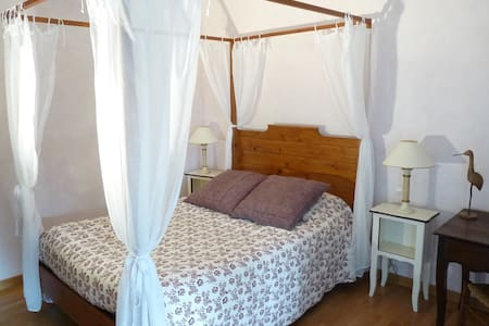 Chambre calme lit à baldaquin avec petit-déjeuner - Vinay