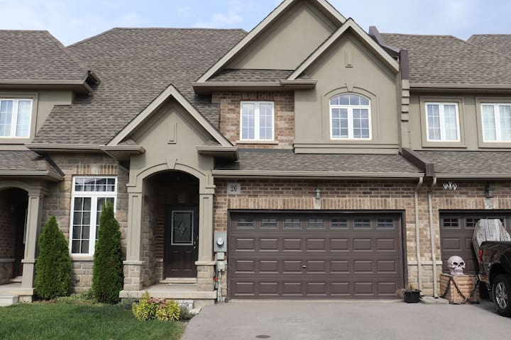 Townhouse in safe new area close to Airport/ hwy