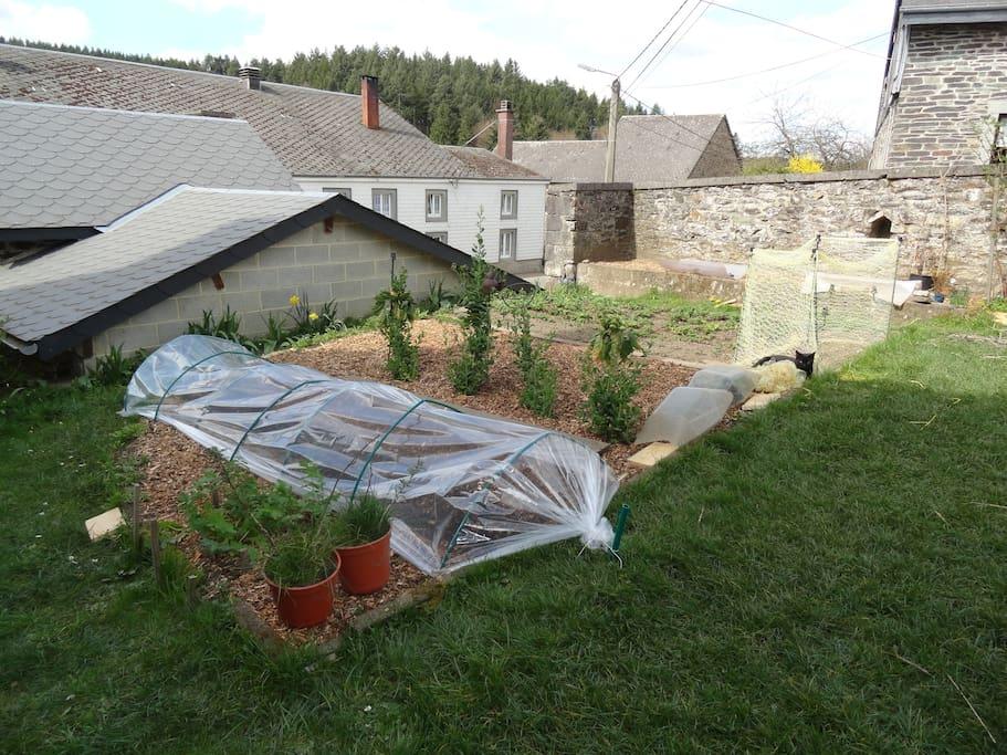 Le jardin, différent chaque année, et le toit du fournil.