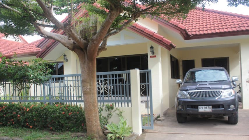 Bright and Spacious House close to Airport & Beach