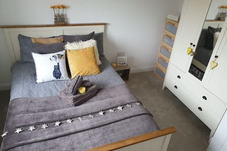 Private Double Bedroom with TV in lovely house