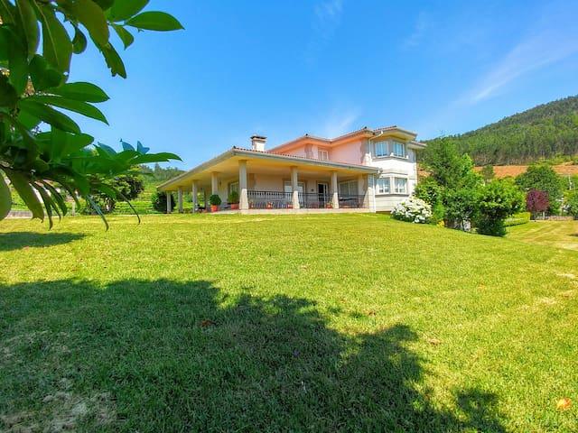 Villa con jardín, barbacoa y piscina privada