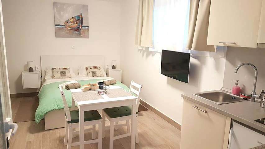 STUDIO APT. MANJI a/c, free parking, beach 500m