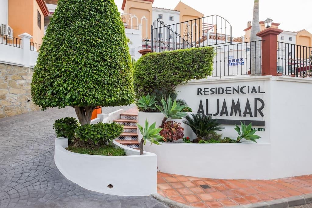 the entrance of the edificio Aljamar situated in 17 Calle Lucena