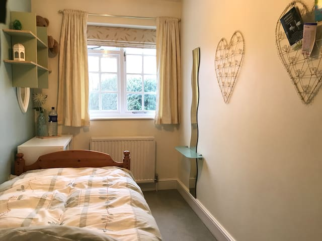 ★ Single room | Own guest bathroom | Share of home