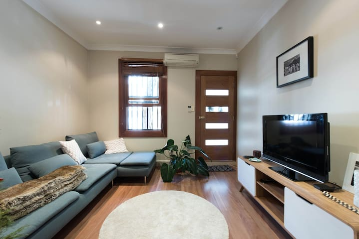 Charming House with Backyard - Surry Hills - House