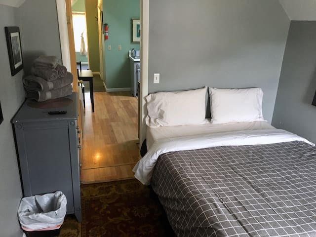 Sunny 1 Bedroom + Walk to Downtown + Waterfront #3