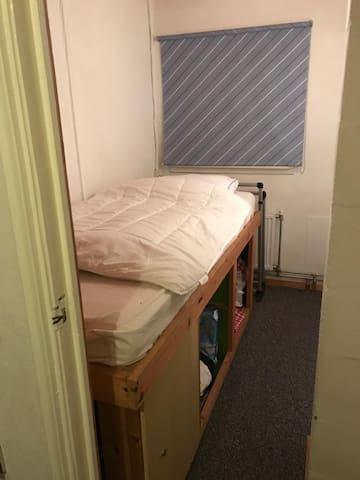 Slaapkamer met een halfhoogslaper
