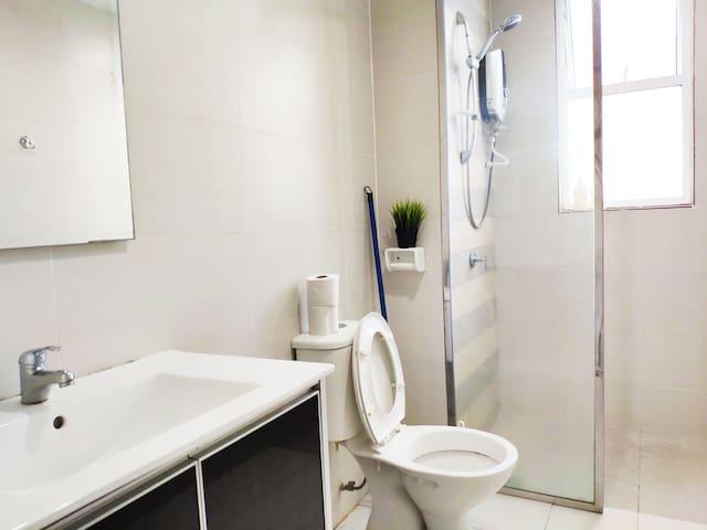 Clean & sparkling bathroom