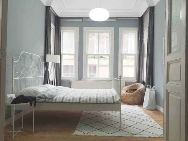 Sunny Spacious Room in Cezayir Street