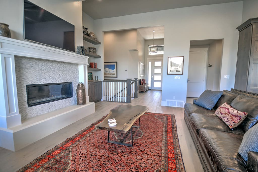 Large and Spacious Main-Level Living Room - HD Smart TV, gas fireplace, amazing views, plenty of seating