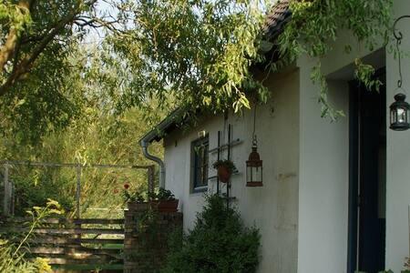 nettes kleines Häuschen im Dorf