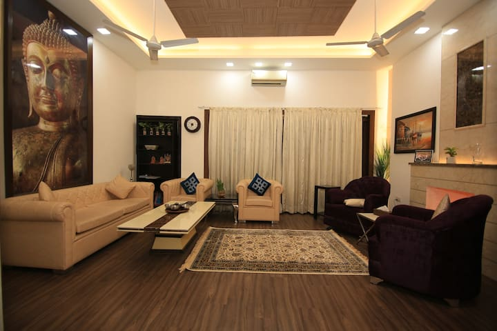 Lux. home-stay in SOUTH DELHI-Safdarjung Enclave